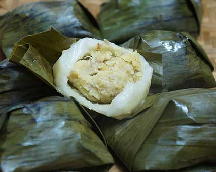 Steamed Rice Flour and Mung Bean Cakes with Coconut Sauce